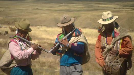 690924555-flauta-quechua-indio-grupo-etnico-tocar-el-tambor