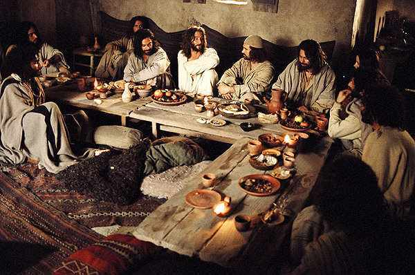 Jesus-eats-passover-w-disciples